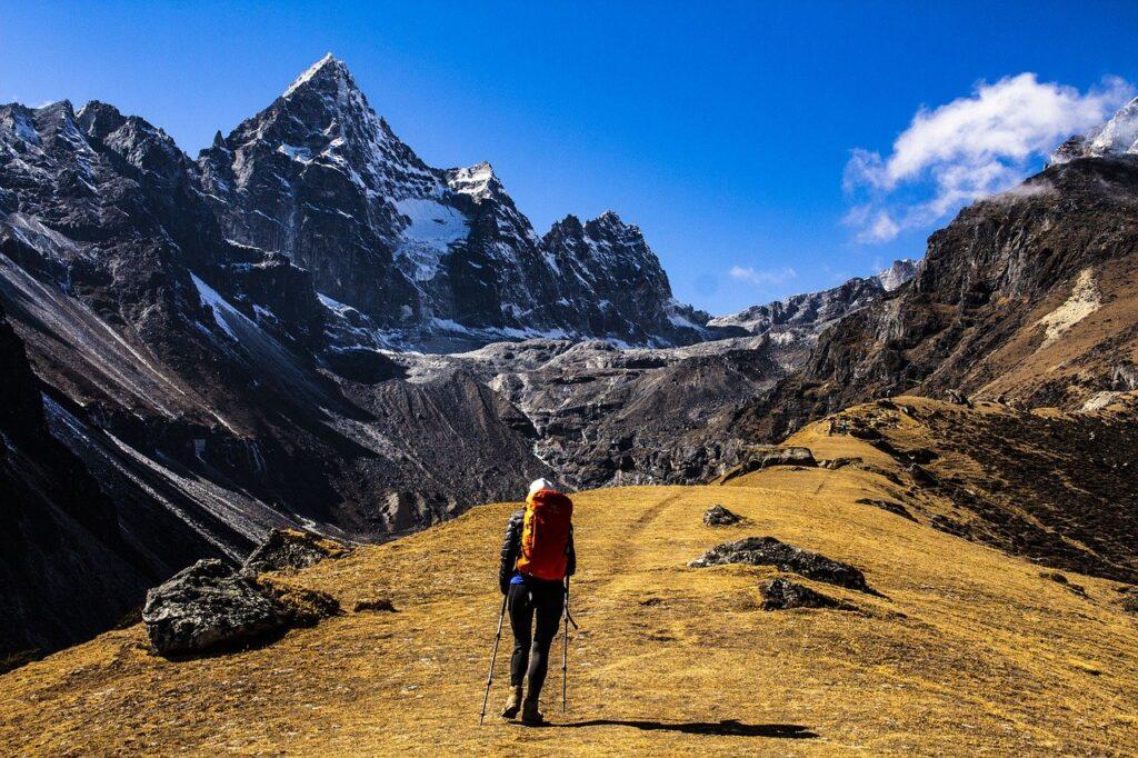 femme avec GPS de randonnée