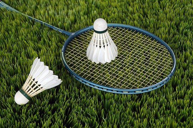 corder une raquette de badminton