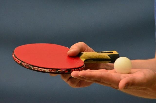 savoir tenir une raquette de ping pong